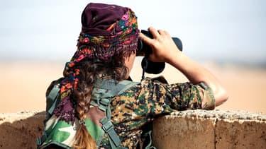 Une combattante YPJ près de Raqqa, en Syrie, en novembre 2016. (photo d'illustration)