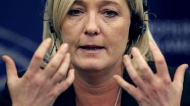 """La présidente du Front national Marine Le Pen estime que l'UMP ne peut plus représenter une opposition """"crédible et sérieuse"""", après que l'équipe de François Fillon a remis en cause la victoire de Jean-François Copé à la présidence du principal parti de d"""