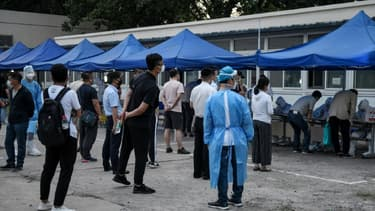 Des Chinois attendent pour se faire tester au coronavirus, le 17 juin 2020 à Pékin.