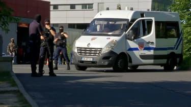 Les policiers surveillent les entrées de l'hôpital de Corbeil-Essonnes.