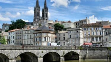 La tranquille petite ville de Niort est le théâtre, depuis plusieurs années, d'une rumeur selon laquelle la mairie ferait venir des habitants du 93 contre compensation. La maire a déposé une plainte contre X le 11 octobre.
