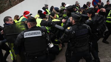 Gilets jaunes face aux forces de l'ordre, samedi 29 décembre dans le XVème arrondissement parisien.