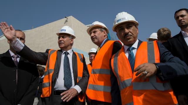 Johannes Hahn sur le chantier de construction de l'usine le 14 juin 2016.