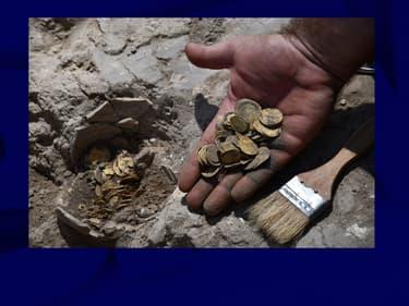 Photo d'une partie des pièces déterrées à Yavné, en Israël, le 18 août