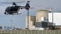 Un hélicoptère de la gendarmerie s'apprête à atterrir près de la centrale de Blaye, en Gironde