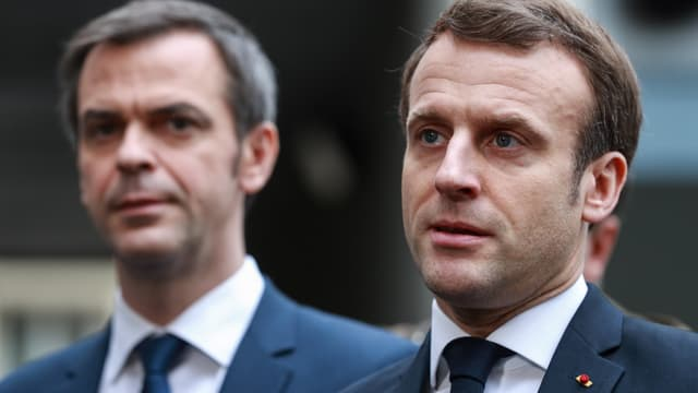 Le président français Emmanuel Macron et le ministre de la Santé Olivier Véran (à gauche) le 10 mars 2020