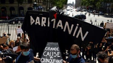 Des féministes protestent contre la nomination de Gérald Darmanin et d'Éric Dupond-Moretti devant la Madeleine à Paris le 7 juillet 2020