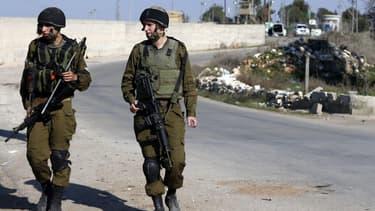Deux soldats israéliens se tiennent près d'un poste militaire à Jérusalem, le 24 décembre 2015. (image d'illustration) - Ahmad Gharabli - AFP