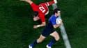 Le Français Morgan Parra (à droite) esquive un placage du Gallois Jamie Roberts, samedi à l'Eden Park d'Auckland. Le XV de France a décroché son ticket pour la finale de la Coupe du monde de rugby en battant le Pays de Galles 9-8. /Photo prise le 15 octob
