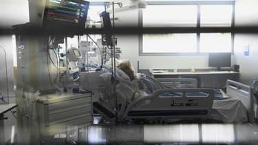 Un patient atteint du Covid-19 dans une chambre du service de soins intensifs des Hôpitaux universitaires de Strasbourg (HUS), le 28 juillet 2021