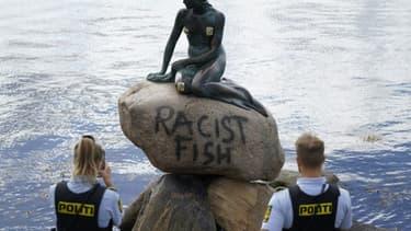 Des policiers devant la statue de la Petite Sirène de Copenhague, vandalisée le 3 juillet 2020
