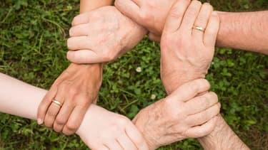 Les salariés peuvent se montrer solidaire d'un collègue qui a un proche malade en lui offrant des jours de congés.