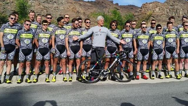 L'équipe Tinkoff-Saxo au grand complet (avec son big boss Alex Tinkoff) pas peu fière de présenter sa nouvelle tenue d'entraînement.