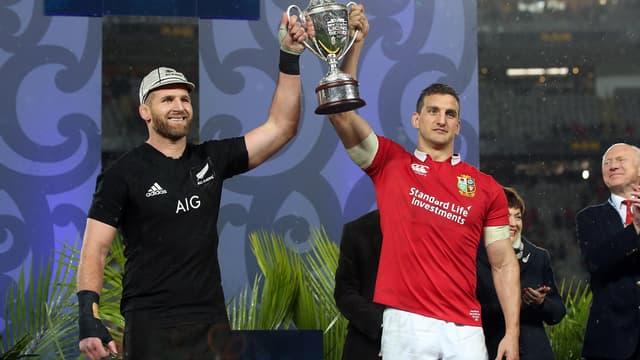 Les deux capitaines partagent le trophée