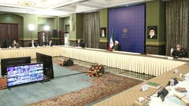 Photo fournie par la présidence iranienne le 6 juin 2020 montrant le Comité de lutte contre le Covid-19 réuni autour du président Hassan Rohani (2e G)