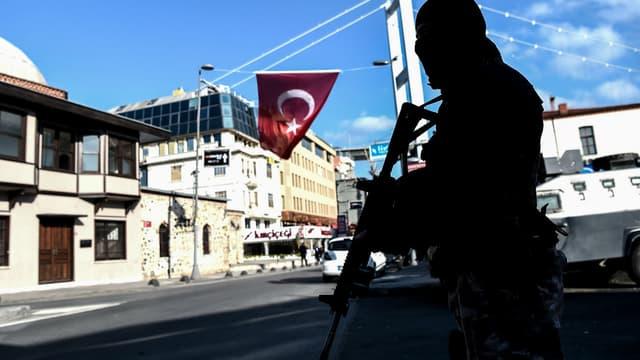 Un policier turc dans le quartier de la discothèque attaquée la nuit du Nouvel An à Istanbul
