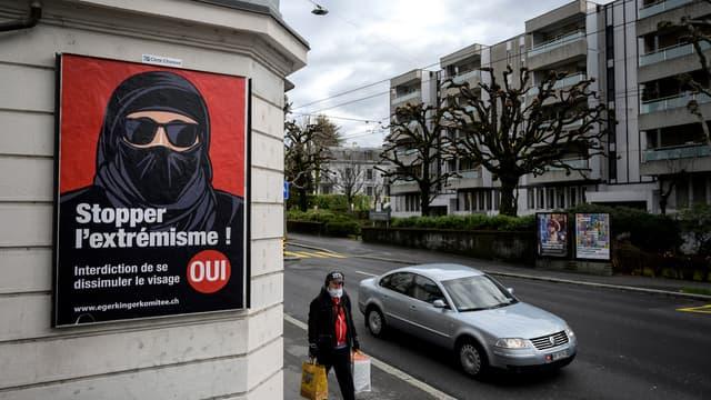 Une affiche de l'UDC, en Suisse, avant le vote sur l'initiative anti-burqa à Lausanne