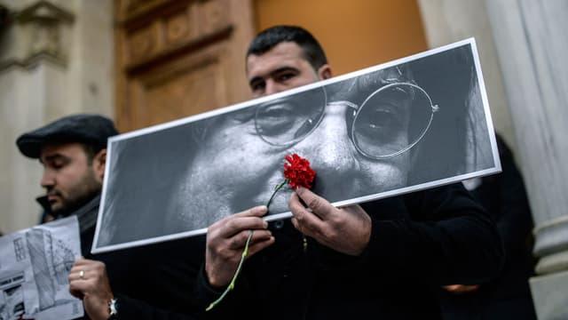 Le regard de Cabu brandi lors d'une manifestation en Turquie, le 10 janvier 2015.