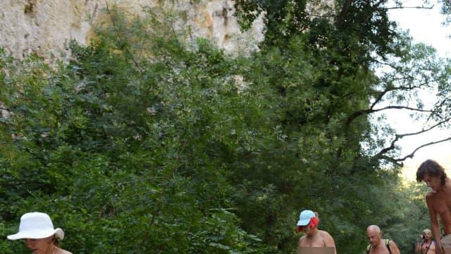 Des naturistes en randonnée.