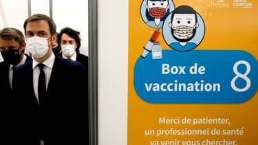 Le ministre de la Santé Olivier Véran visite un centre de vaccination à Troyes, le 15 janvier 2021