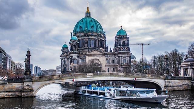Berlin assouplit sa politique d'encadrement des locations temporaires.