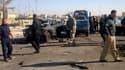 Soldats américains et forces de sécurité irakiennes sur les lieux d'un double attentat lundi à Ramadi, à l'ouest de Bagdad. Les attaques, qui visaient un bâtiment officiel, ont fait au moins 17 morts et une cinquantaine de blessés dans cette ville du cent