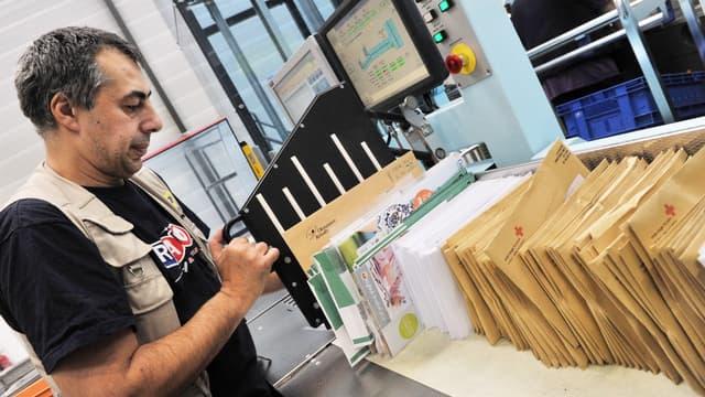Le prix du timbre vert - pour un pli distribué en 48 heures en France métropolitaine - passera au 1er janvier 2017, de 70 à 73 centimes tandis que celui de la lettre prioritaire, à timbre rouge, grimpera de 80 à 85 centimes.