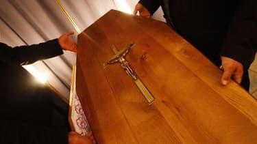 L'Eglise catholique australienne a enjoint aux prêtres et aux pompes funèbres de ne plus tolérer lors des obsèques la diffusion de musique profane, comme les tubes du groupe rock AC/DC ou l'hymne de l'équipe sportive préférée du défunt. /Photo d'archives/