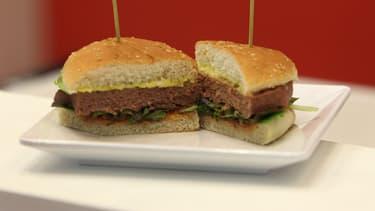 Un burger végétalien présenté au salon international de l'industrie de la viande à Francfort, en Allemagne, en mai 2019