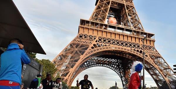 Sous la tour Eiffel, des supporters ont mis le feu à des détritus.