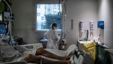 Dans la chambre d'un patient atteint du Covid-19 dans le service de réanimation de l'hôpital de Lyon-sud, à Pierre-Bénite, le 25 janvier 2021