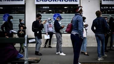 Une file d'attente devant un laboratoire - Image d'illustration