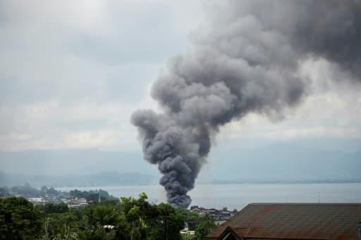 De la fumée après un bombardement par l'armée de l'air philippine sur des positions d'islamistes, le 6 juin 2017 à Marawi