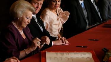 La reine Beatrix des Pays-Bas (au premier plan) a abdiqué mardi et transmis le pouvoir à son fils aîné, Willem-Alexander (à ses côtés), premier roi à monter sur le trône d'Orange depuis plus de 120 ans. /Photo prise le 30 avril 2013/REUTERS/Pool