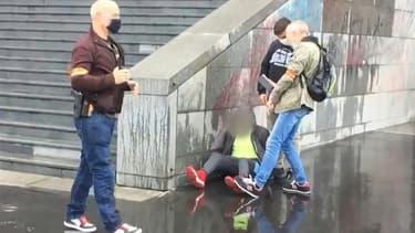 Image tirée d'une vidéo montrant des policiers arrêtant un suspect après une attaque au hachoir devant les anciens locaux de Charlie Hebdo, le 25 septembre 2020 à Paris