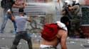 La police grecque a dû faire usage de grenades lacrymogènes mercredi soir à Athènes où de violents affrontements ont éclaté avec des manifestants ulcérés par l'adoption, dans l'après-midi, du premier des deux volets du plan d'austérité destiné à éviter la