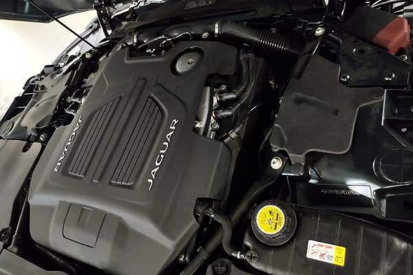 Sous le capot de cette F-Type R, une motorisation V8 de 580 chevaux.