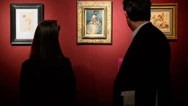 Une femme et un homme regardent un tableau de Picasso, à Londres (Photo d'illustration)