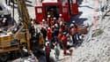 Grâce à un conduit percé jusqu'au refuge où 33 mineurs bloqués depuis un éboulement survenu le 5 août, les sauveteurs ont commencé lundi à leur faire parvenir vivres et médicaments, et une ligne de téléphone. /Photo prise le 23 août 2010/REUTERS/Ivan Alva