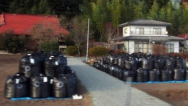 Près de trois mois après la catastrophe de Fukushima, il rste encore beaucoup de zones à décontaminer, comme ici ces sacs remplis de terre radioactive.