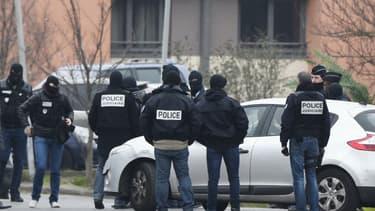 La police reconstitue le crime d'Aurélie Chatelain, à Villejuif, en mars dernier, commis par Sid Ahmed Glam. Ce dernier projetait un attentat contre une église de la ville.