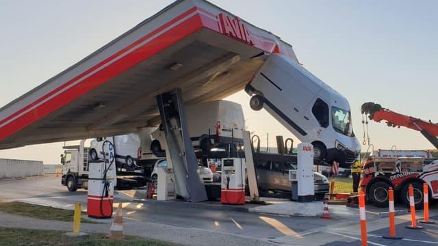 Un camion s'encastre sous le toit d'une station-service de la Marne.