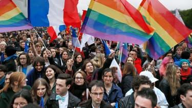 """Des partisans du mariage pour tous attendent le début du """"Concert pour tous"""", place de la Bastille, mardi 21 mai à Paris."""