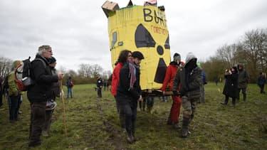 Une quinzaine de militants anti-nucléaires campent en permanence sur le site.
