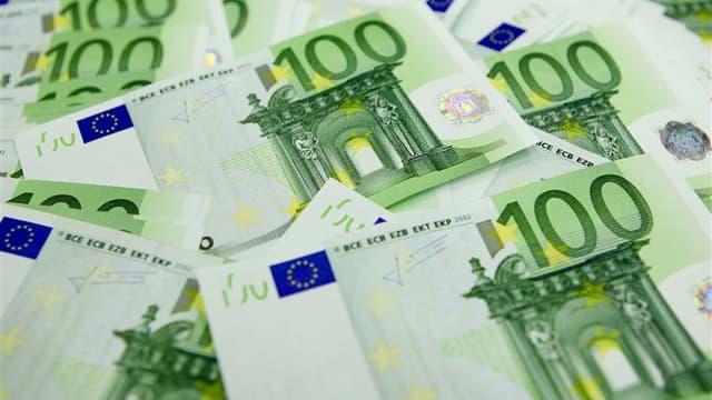 Le choix du gouvernement français de réduire le déficit public à marche forcée va durement peser sur la croissance économique et l'emploi et peut accroître le risque de désagrégation de la zone euro, estiment les économistes de l'Observatoire français des