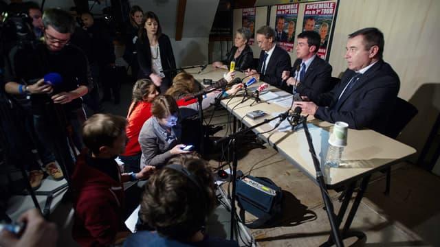 Le Premier ministre Manuel Valls s'est retrouvé plongé dans le noir, ce mardi soir, devant plus de 750 personnes venues l'écouter, à Audincourt dans le Doubs.