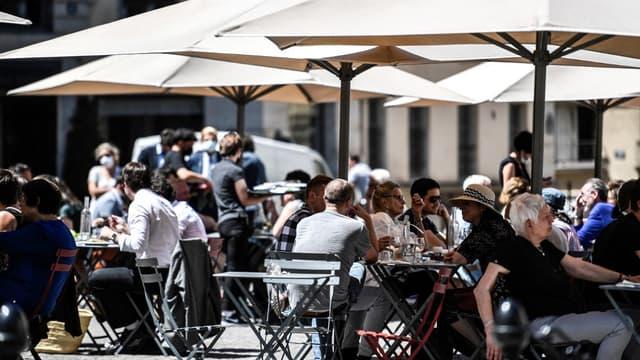 Des clients en terrasse à Paris le 1er juin.