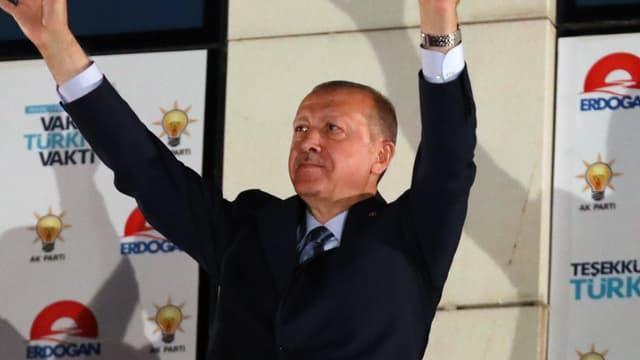Recep Tayyip Erdogan célèbre sa victoire au siège de l'AKP, à Ankara, le 25 juin 2018.
