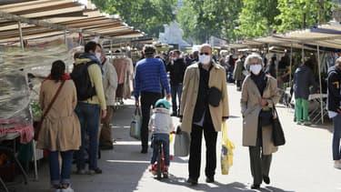 Des personnes sur un marché, à Paris, le 14 mai 2020.