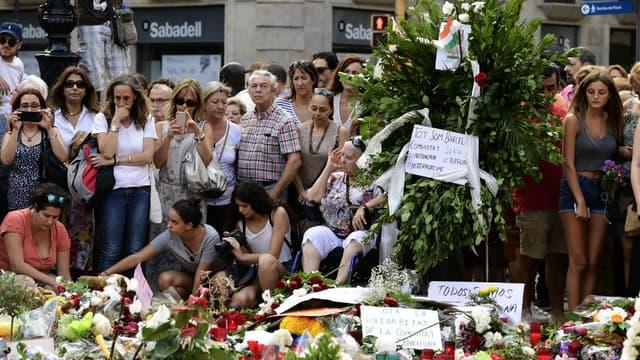 Des personnes rendent hommage aux victimes des attentats en Espagne, le 20 août 2017 sur le boulevard de Las Ramblas à Barcelone